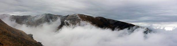 攀登山的雾 库存照片