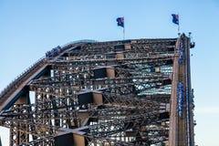 攀登悉尼港桥的游人 库存图片