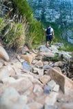 攀登桌山的远足者 免版税库存图片