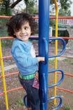 攀登梯子登山人的小女孩 免版税图库摄影