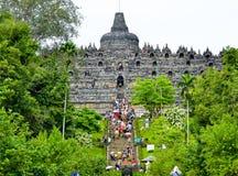 攀登步婆罗浮屠的游人和访客 免版税库存图片