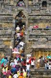 攀登步婆罗浮屠的游人和访客 免版税库存照片