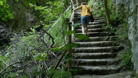 攀登湿台阶的妇女 股票视频