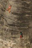 攀登砂岩岩石的两个朋友 图库摄影
