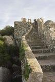 攀登辛特拉城堡的石楼梯人们停泊 库存照片