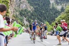 攀登Alpe D'Huez的骑自行车者 免版税库存照片