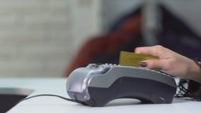 支付与信用卡的妇女顾客在时尚陈列室里 影视素材