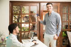 支付与信用卡的愉快的顾客 免版税库存图片