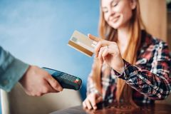 支付与在咖啡馆的信用卡的少妇 免版税库存照片