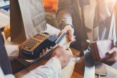 支付乳酪定货的顾客在杂货店的 免版税库存图片