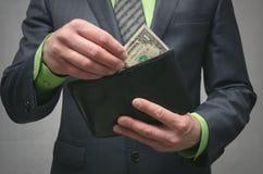 支付债务 没有足够的金钱 由发货票的付款 低薪金概念 库存照片