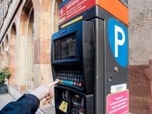 支付停放的妇女在新的违规停车罚单付款machi 库存图片