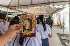 支付和尊敬的人们对泰国国王Bhumibol 图库摄影