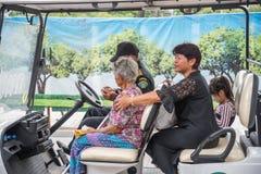 支付和尊敬的人们对泰国国王Bhumibol 库存照片