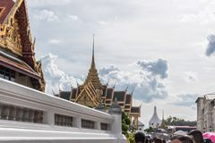 支付和尊敬的人们对泰国国王Bhumibol 免版税库存图片