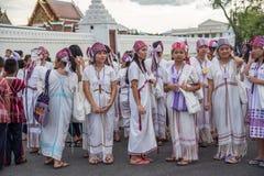 支付和尊敬的人们对泰国国王Bhumibol 免版税库存照片