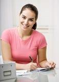 支付妇女年轻人的票据 免版税库存照片