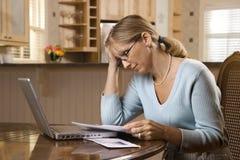 支付妇女的票据 免版税图库摄影