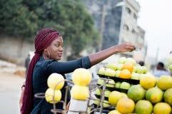支付果子的少妇在街市上 免版税库存图片