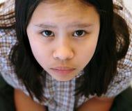 支付校服年轻人的注意女孩 免版税库存照片