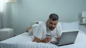 支付的男性输入的信用卡号码服务在互联网,容易的银行业务 股票视频