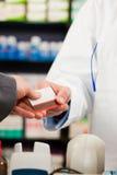 支付药剂师药房的客户 免版税库存照片