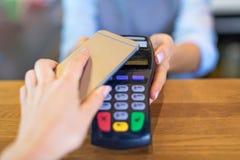支付通过手机的顾客 免版税库存图片