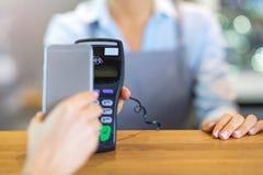 支付通过手机的顾客 库存照片