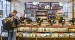 支付食物的柜台的顾客在Itsu健康和幸福餐馆在伦敦,英国 被启发的联锁饭店 库存图片
