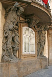 支持一个老大厦的肌肉地图集在布拉格,捷克 免版税图库摄影