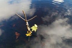 支持一根钓鱼竿在秋天在森林湖 免版税库存图片