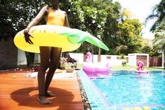 支持与可膨胀管享用的非洲妇女水池 免版税图库摄影