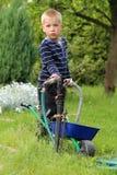 支持与独轮车的男孩水管instalations 免版税库存照片