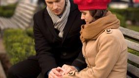 支持他心爱的妻子、健康和心理问题的年轻丈夫 库存图片