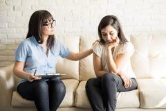 支持和安慰患者的了解的心理学家 免版税库存图片