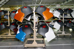 支持在一个机架的一台车身防撞器在汽车的装配车间 免版税库存图片