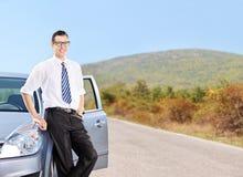支持在一条开放路的年轻人一辆汽车 免版税库存图片