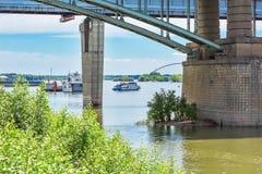 支持地铁和10月桥梁在河Ob Novosibi 库存图片