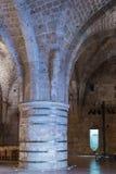 支持天花板的巨型的柱子在堡垒的废墟的餐厅在老城英亩在以色列 免版税库存照片