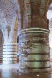 支持天花板的巨型的柱子在堡垒的废墟的餐厅在老城英亩在以色列 免版税图库摄影