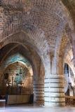 支持天花板的巨型的柱子在堡垒的废墟的餐厅在老城英亩在以色列 免版税库存图片