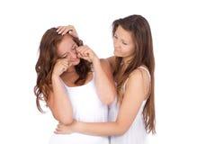 支持她哭泣的朋友的十几岁的女孩 图库摄影