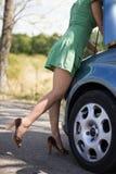支持她残破的汽车的妇女 免版税库存照片
