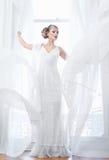 支持开窗口的美丽的新娘 免版税库存照片