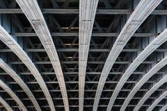 支持桥梁间距的平行的钢粱 免版税图库摄影