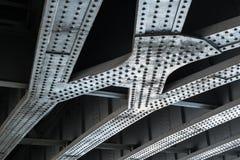 支持桥梁间距的被铆牢的钢粱 库存照片