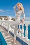 支持水池的性感的白肤金发的女性模型 图库摄影