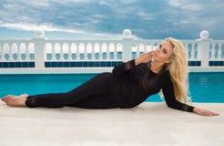 支持水池的性感的白肤金发的女性模型 库存图片