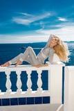 支持水池的性感的白肤金发的女性模型 免版税库存照片