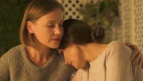 支持的两个姐妹在哀情,应付家庭损失,特写镜头 股票视频